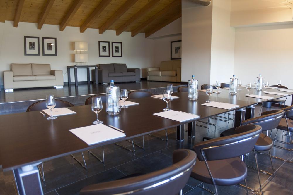 sala-soppalco-vista-tavolo-sedie-divani-hotel-residence-villa-bartolomea